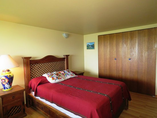 Gabriola Island, Canada: bedroom number 2, decorated with our Mexican furnishings