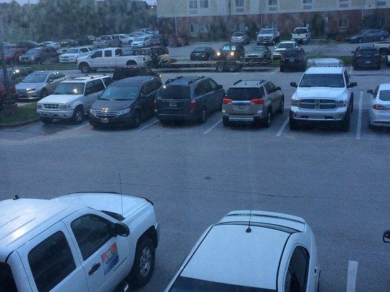 Lamplighter Inn & Suites North: Rear area parking
