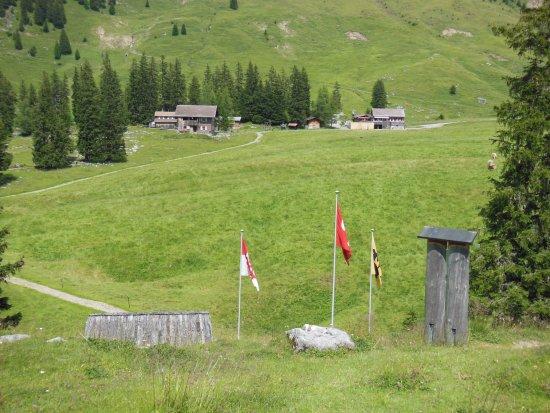 Sachseln, Suiza: Rechts das Berggasthaus und links das Gästehaus mit den Zimmern.