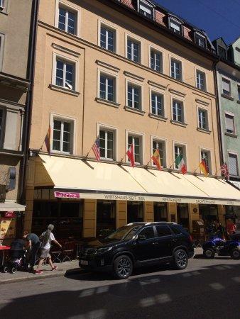 Hotel Deutsche Eiche : The view from the street