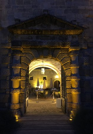 Couiza, France: Entrance to the courtyard.