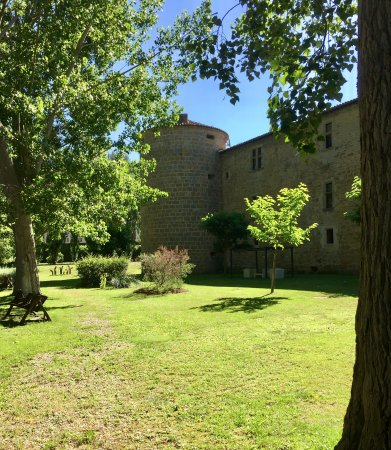 Couiza, Frankrike: The chateau in it's lovely garden.