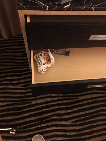 Berkeley Oceanfront Hotel: leftovers from previous room guest