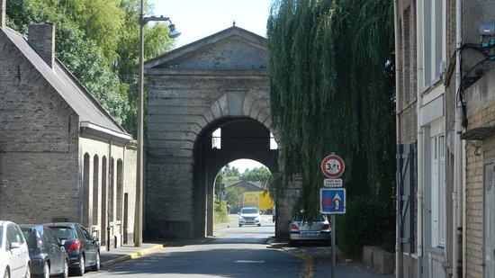 Bergues, Francja: 1 van de vele Poorten