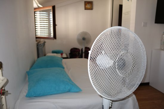 Pula City Point Rooms: No Air Conditioning (owner dismissive to ours and previous complaints).