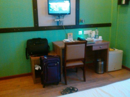 Hotel Jamayca: Work Station & TV