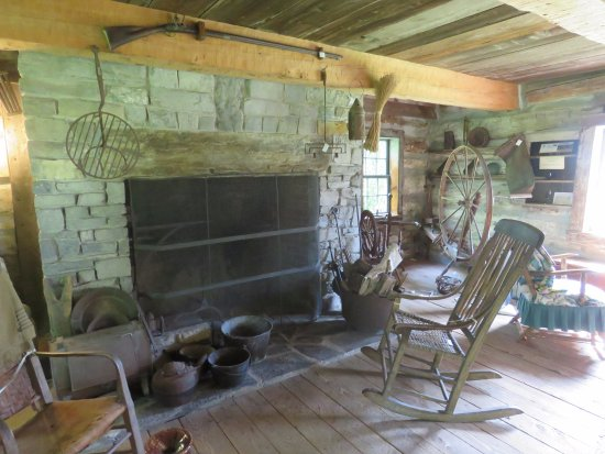 Grand Isle, Βερμόντ: Hyde Log Cabin ~ interior view.