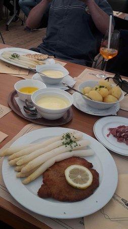 """Grossburgwedel, Tyskland: Hauptgericht und Nachspeise des Menüs """"Fuhrberger Spargelwirtschaft"""""""