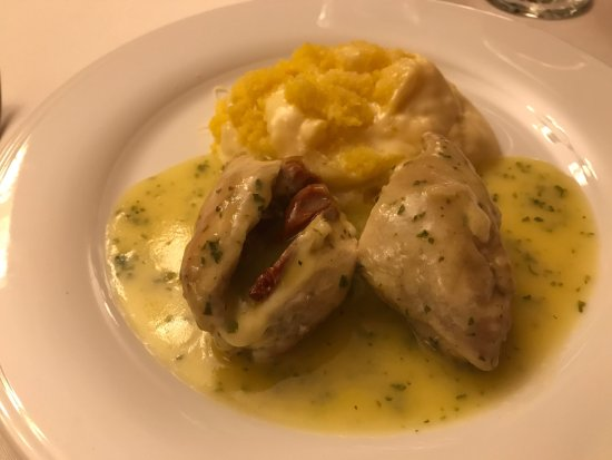 LP Los Portales Hotel Cusco: chicken stuffed with cheese and sun dried tomatoes with lime sauce and polenta....it was terribl