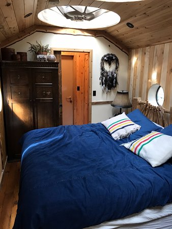 Essex, MT: Very comfy bed with fireplace and open sky lights!