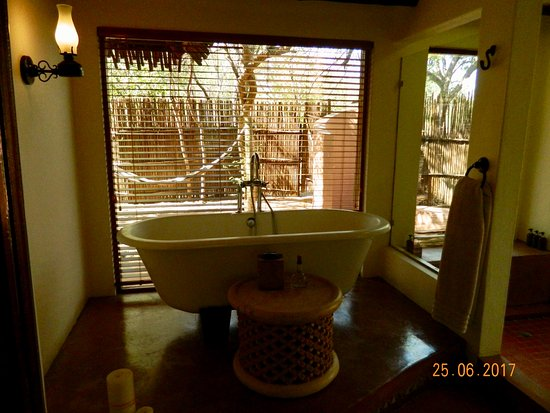 Savute Safari Lodge: A soaking tub