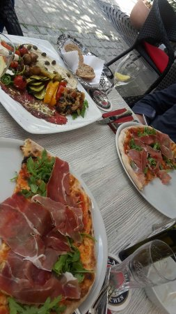 Lehrte, Germany: Vorspeisenteller und Pizza im Mediterrano