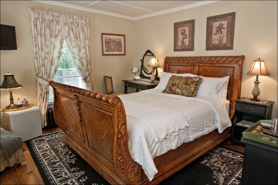 Taghkanic, NY: Porthos-A beautiful room with a queen sleigh bed and a small private attached bath.