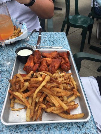 Saugatuck, MI: Lobster roll, smoked chicken wings and fun drinks!