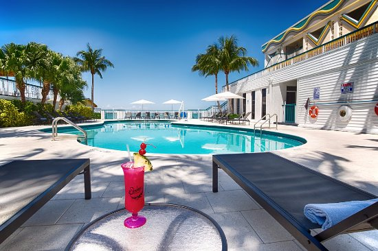 North Bay Village, FL: Enjoy ouor yummy beverages by the waterfront pool