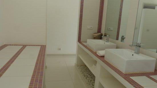 Chambre de luxe : salle d\'eau - Picture of Jardin D\'Eden, Ngaparou ...