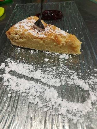 Maraga' Il Ristorantino: torta pasticciotto con quenelle di amarena