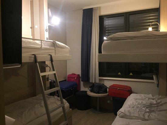 H2 Hotel Berlin Alexanderplatz: Corridoio e camere hotel