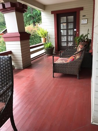 The Craftsman Inn: Craftsman Inn front porch and entrance