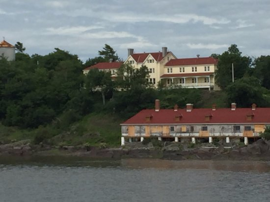 L'Isle-aux-Grues, Canada :  Building atop the hill is for 1st class passengers who were not sick were housed during quarant