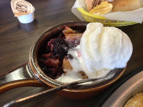 Buckhannon, Virginia Occidental: Blueberry Cobbler and Ice Cream!
