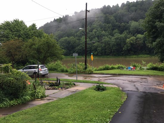 Emlenton, Pensilvanya: Rainy day! View from beside the house. Allegheny River.