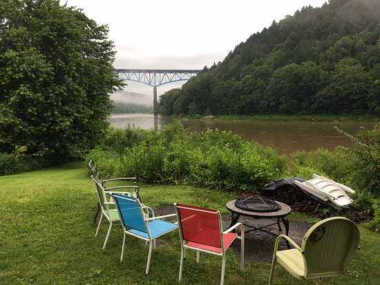 Emlenton, Pensilvanya: Fire pit, Allegheny River, and distant bridge. Rainy weather.