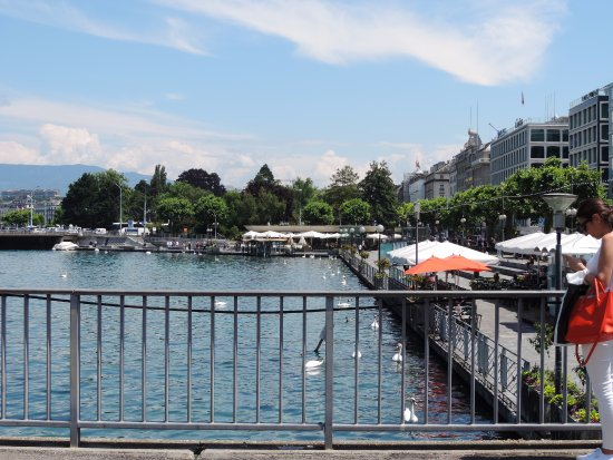 Le Lacustre : the waterfront in Geneva. Many restaurants and tourist shops line the promenade.