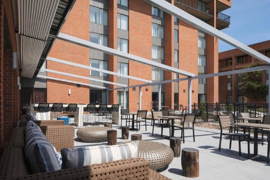 DoubleTree by Hilton Hotel Syracuse: Outdoor Patio Seating Area