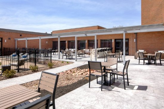 DoubleTree by Hilton Hotel Syracuse: Outdoor Patio Area
