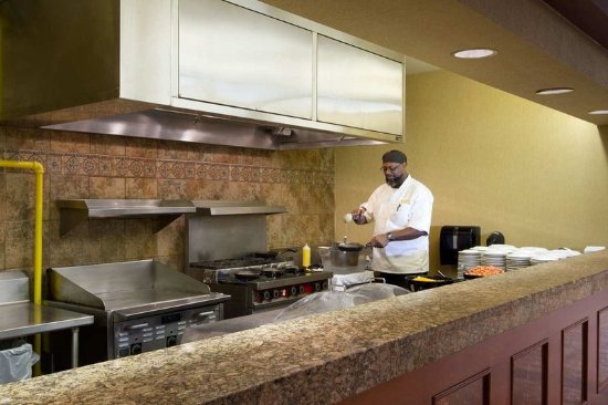 Embassy Suites by Hilton North Charleston - Airport/Hotel & Convention: Complimentary Breakfast