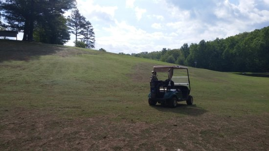 Hayesville, Carolina do Norte: Dogleg on the back 9, the green is somewhere over this hill, dog leg left