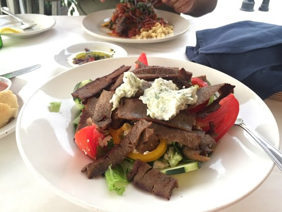 El Greco Cafe: Beutiful salad, plenty Gyro meat and the tzatziki dressing out of this world!!