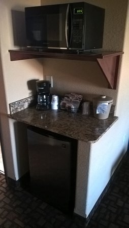 Expressway Suites of Grand Forks: Microwave and Refridgerator