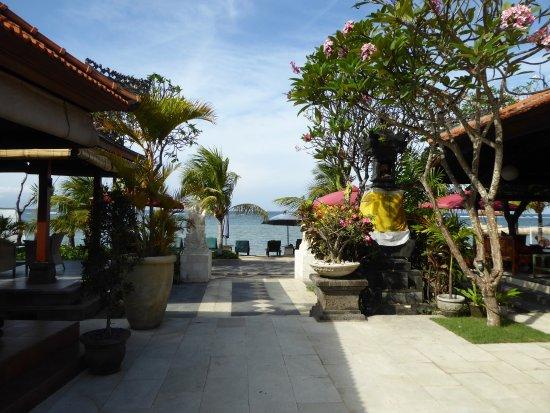 Vila Shanti Beach Hotel: From the pool to the beach.