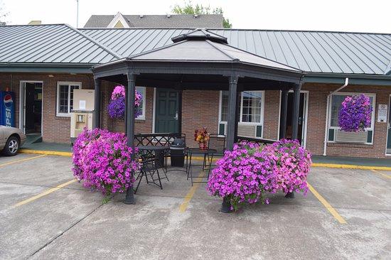 Courtesy Inn Eugene: Gazebo Picture