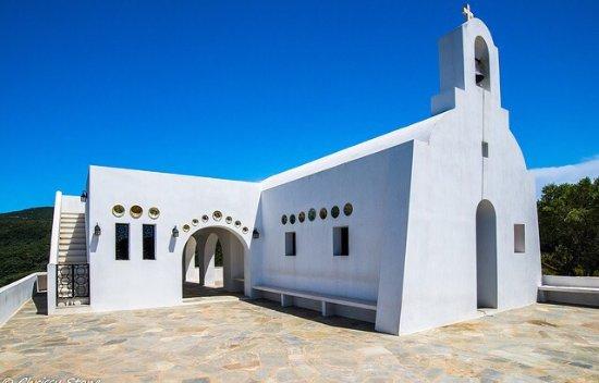 Skiathos, Greece: Bijzonder mooie kerk, modern en in een Santorini look gebouwd. Echter is de weg ernaar toe lasti