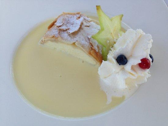 Dobriach, Austria: Apfelstrudel mit Vanillesauce