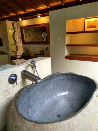 Adarapura Resort & Spa: Stone bathtub yang nyaman