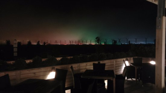 The Airport Pub By Robinsons: Beer Garden With Runway Lights On