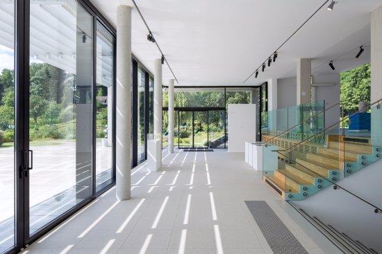 la salle du rez de jardin pierre l 39 excellent photo de fondation fran ois schneider. Black Bedroom Furniture Sets. Home Design Ideas