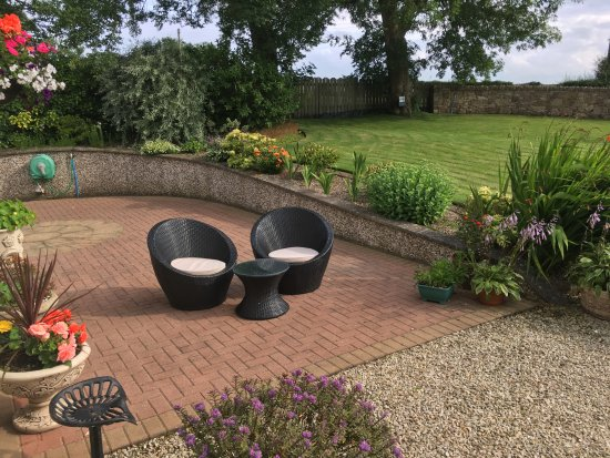Coolmore House B&B: small seating area in front of the house