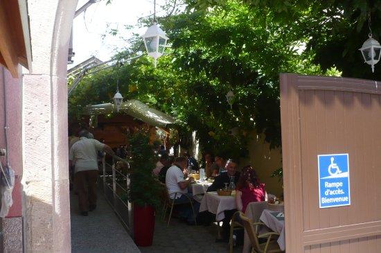 la terrasse ombragée - Picture of AU Boeuf Rouge, Ensisheim ...