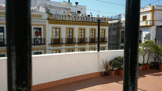 Dulces Suenos Pension: Il terrazzo al piano superiore. Un vero fiore all'occhiello, soprattutto di sera!
