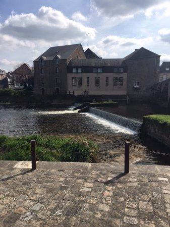 Ducey, ฝรั่งเศส: Vue de l'Hotel de l'autre coté de la rivière