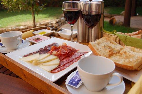 Camanas, İspanya: Desayuno Mudéjar servido en el jardín