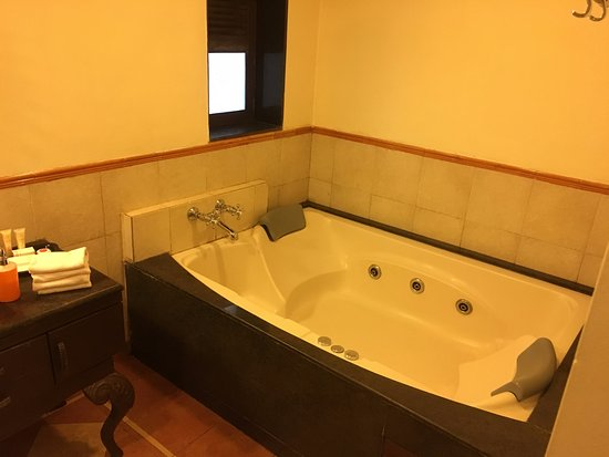 Citrus Chambers Mahabaleshwar: Bathroom had a Jacuzzi which we did not try