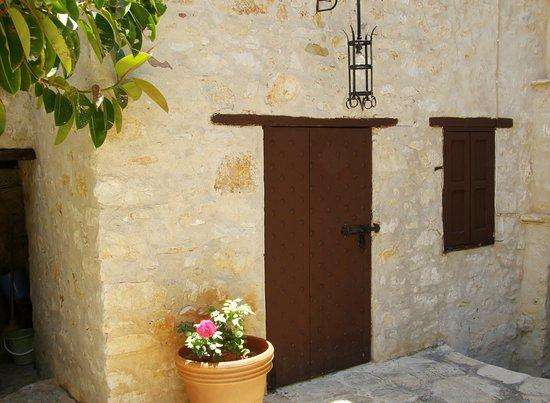 Kastellorizo, اليونان: Deur naar binnenplaats met vele oudheden!