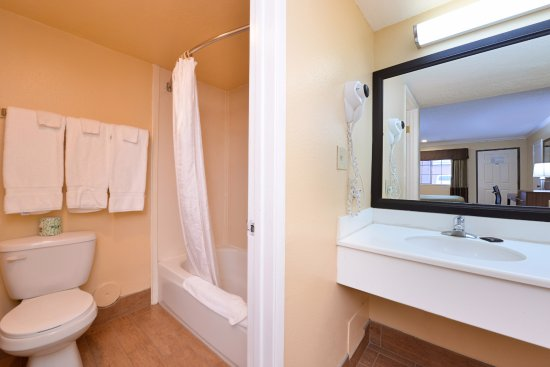 Americas Best Value Inn-Azusa/Pasadena : Two Queen Guest Bathroom