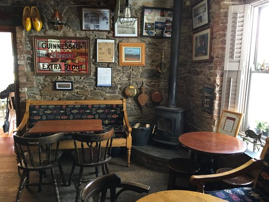 Woodstown, Ireland: Delightful stop for a bite of lunch.  Authentic Irish atmosphere and good food,,, YES, we would